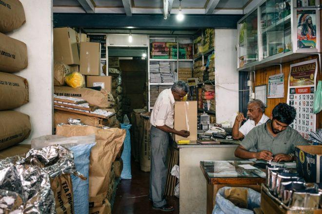 عمال في متجر في مدينة كاندي