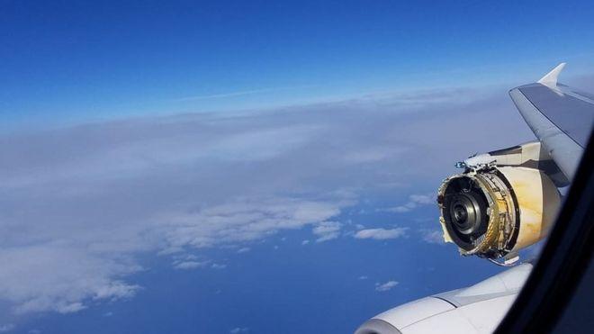 从飞机窗户拍摄的照片显示遇事法航A380客机发动机的损毁情况(David Rehmar提供)