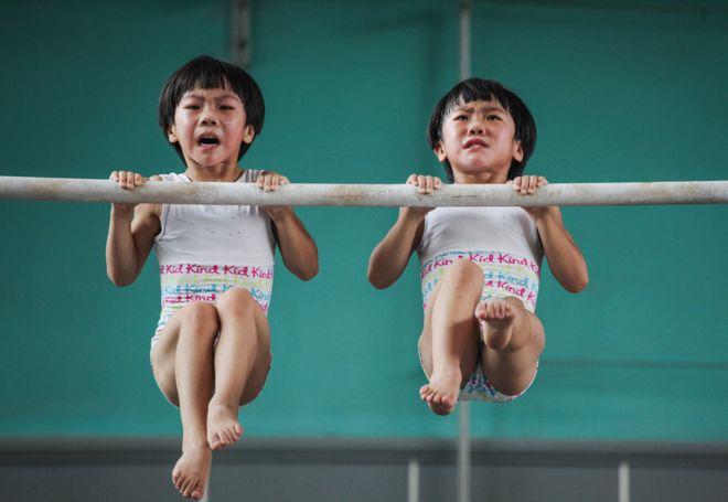 Liu Bingqing and Liu Yujie in training