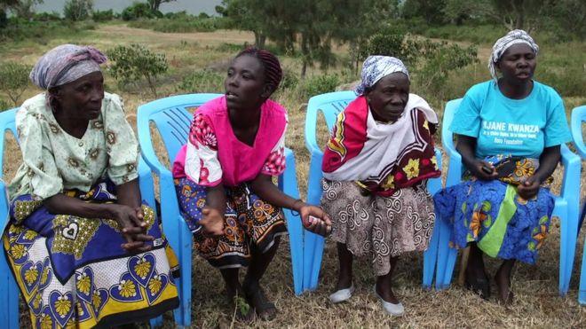 Grupo de mulheres viúvas reunidas