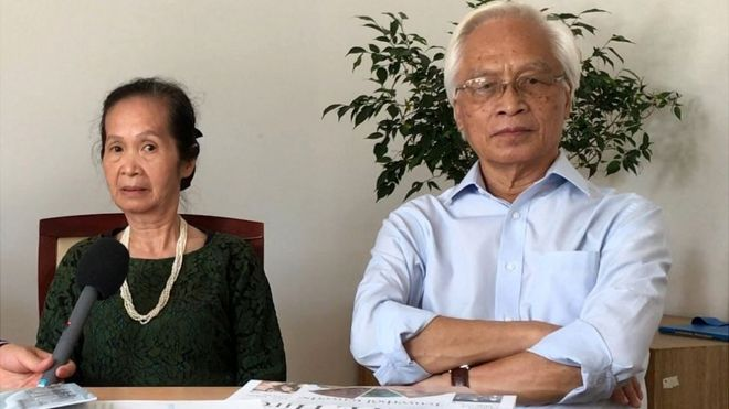 https://ichef-1.bbci.co.uk/news/660/cpsprodpb/8164/production/_97742133_mrs.phamchilanandmr.chuhao.jpg