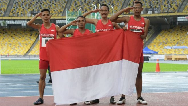 Pelari putra Indonesia, Nur Ferry Pradan, Rasyidi, Wagiyo, dan Rizal Bagus, mengibarkan bendera Merah Putih seusai meraih medali emas final nomor lari 4X100 meter ASEAN Para Games 2017 | BBC.com