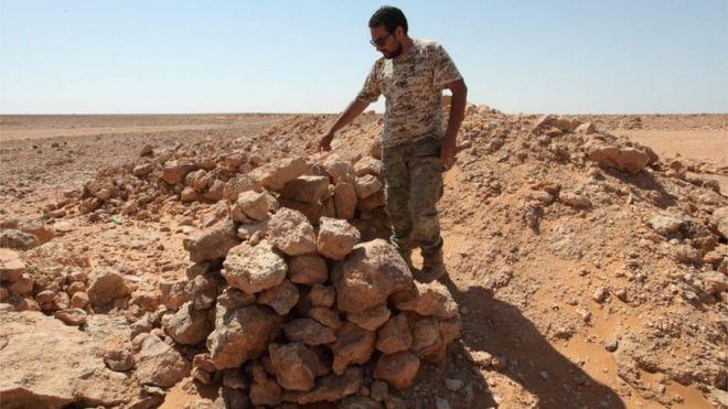 کی مامور امنیتی لیبی محل استقرار منهدم شده داعش را در سرت نشان میدهد