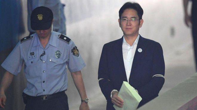 Lee Jae-yong trên đường bị áp giải tới tòa án ngày 07/08/2017