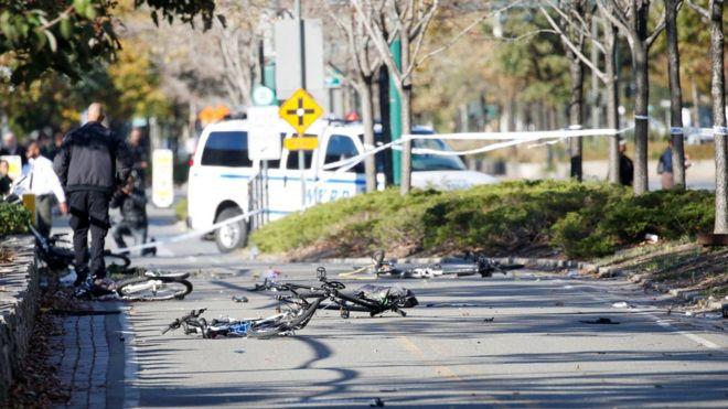 Bicicletas atingidas por motorista de veículo em Manhattan nesta terça