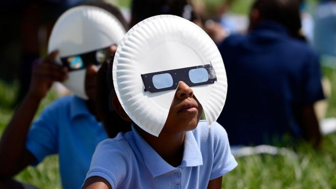 Jennings Okul Bölgesi'ndeki öğrenciler, 21 Ağustos 2017'de Missouri'de St Louis'de bağışlanan gözlüklerle güneş tutulmasını görüntüler.