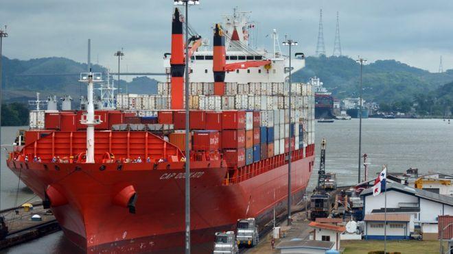 Barco no canal do Panamá