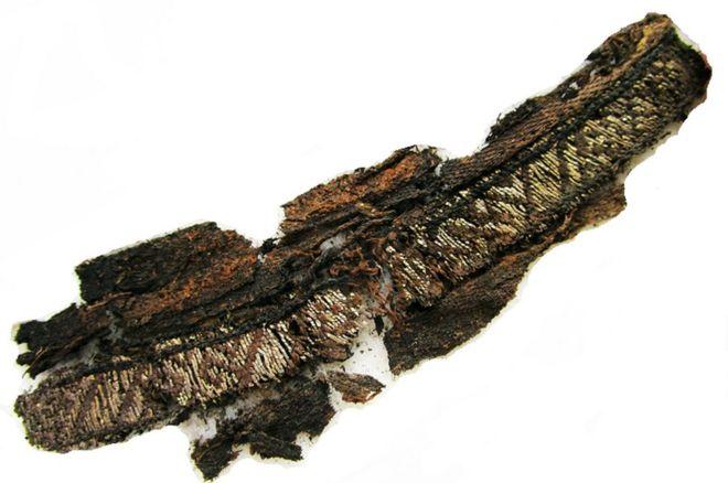 Un des fragments extraits de soie fine et de fil d'argent découvert sur les deux sites suédois, Birka et Gamla Uppsala.