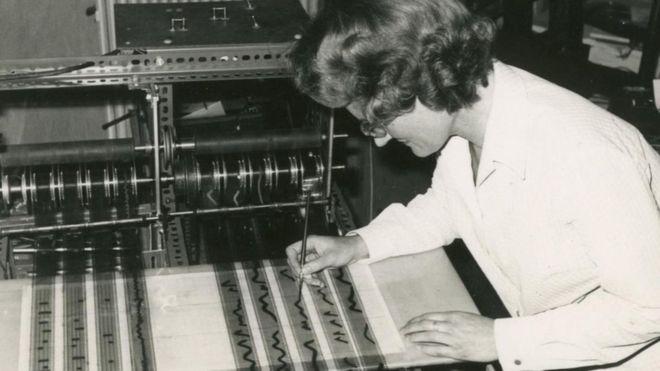 Daphne Oram con el Oramics