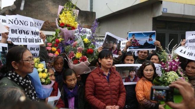 Cấn Thị Thêu, đất đai, dân chủ