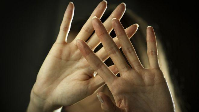 Detalhes de mãos se defendendo