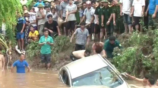 Xe hơi bị lũ cuốn trôi tại Thái Nguyên