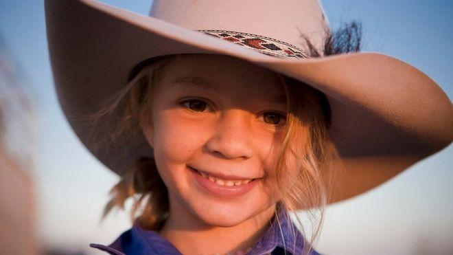 """Dolly"" Amy Everett usando chapéu da marca Akubra"