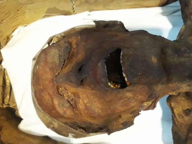 """Los arquéologos que aseguran haber resuelto el misterio de la """"momia que grita"""", hallada hace más de 100 años"""