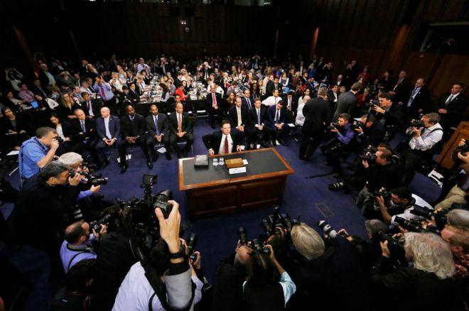 Cựu giám đốc FBI James Comey điều trận trước Ủy ban Tình báo Thượng viện Mỹ, kể lại một loạt cuộc trao đổi giữa ông và Tổng thống Donald Trump trước khi ông bị sai thải.