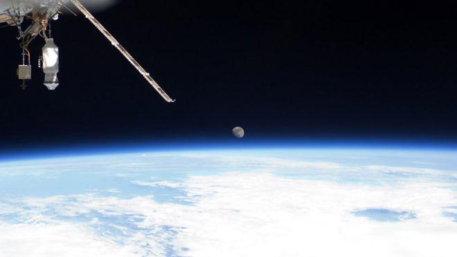 Terra e lua vista da Estação Espacial Internacional
