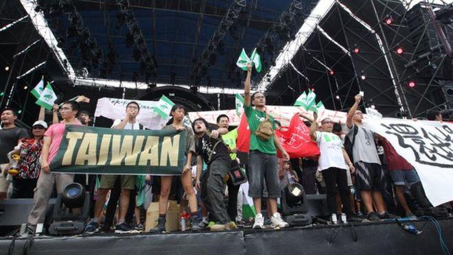 台大学生24日抗议校方将田径场租借给中国大陆选秀节目,造成跑道受损、影响学生受教权。