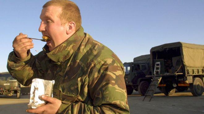 Los soldados llevan comida lista para consumir.