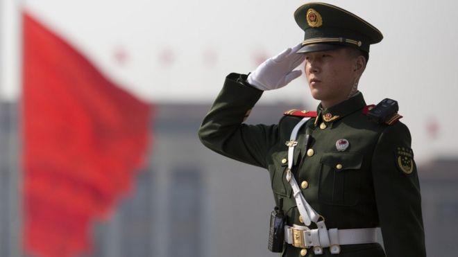 Un policía paramilitar chino saluda en Pekín el 3 de marzo de 2017.