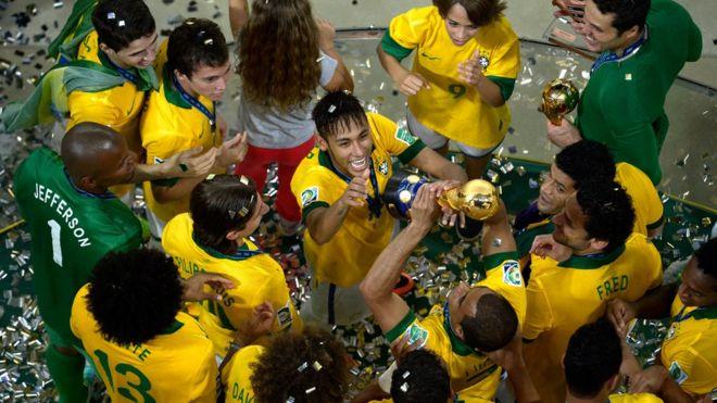 Neymar celebra la Copa Confederaciones de 2013.
