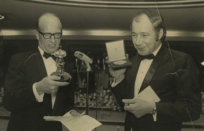Eddie Adams cầm chiếc cúp trong lễ trao giải Pulitzer