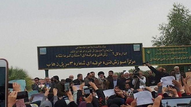 رهبر ایران به مناطق زلزلهزده در استان کرمانشاه رفت