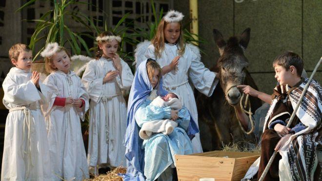 Trẻ em Pháp diễn vở kịch Thánh đản trong đêm Giáng sinh tại Nhà thờ Saint-Liboire ở thành phố Le Mans, miền Tây nước Pháp. Ảnh chụp 24/12/2017.
