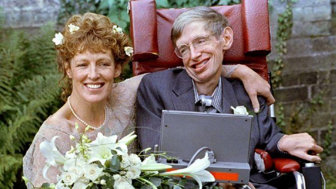 Stephen Hawking e Elaine Mason na cerimônia de casamento, em 16 de setembro 1995