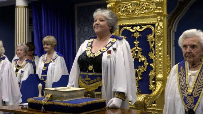 Toplantıları, seremonileri ve ritüelleriyle kadın masonların gizli dünyası ile ilgili görsel sonucu