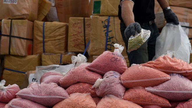 Nhân viên Cục Thực phẩm và Thuốc Thái Lan phân loại ma túy trước khi đốt tại sự kiện Phá hủy Ma túy bị tịch thu lần thứ 47th của chính phủ Thái Lan hôm 26/6