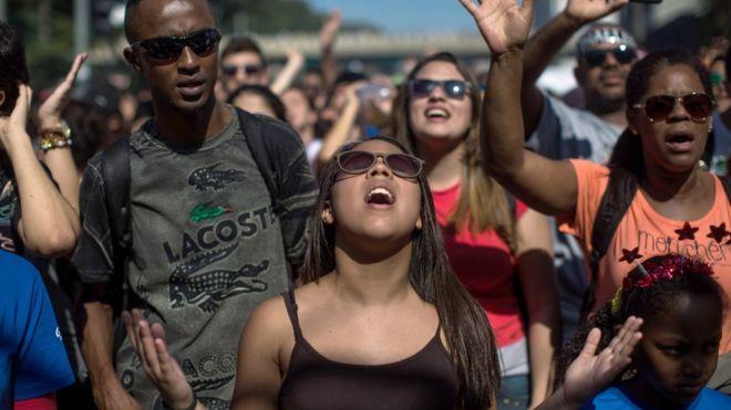 Evangélicos en las calles de Brasil.