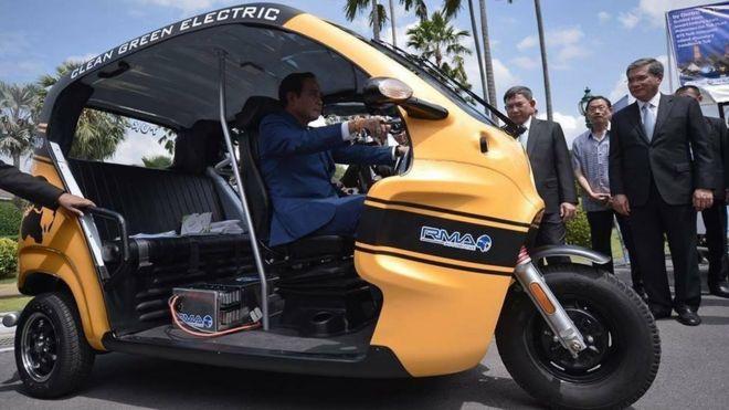 พลเอกประยุทธ์ จันทร์โอชา ทดลองนั่งรถตุ๊กตุ๊กไฟฟ้า