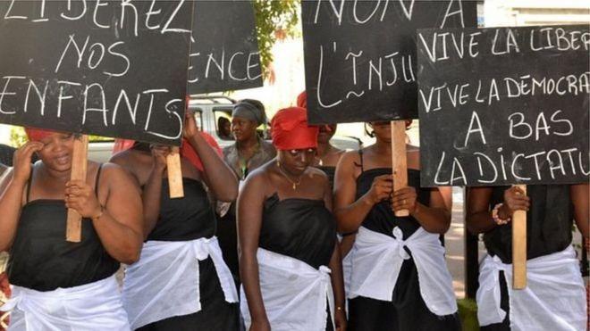 Selon les organisatrices, dix mille femmes ont participé à la manifestation organisée par des femmes du principal parti d'opposition, l'UFDG.