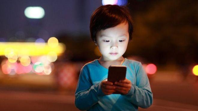 Criança usa celular