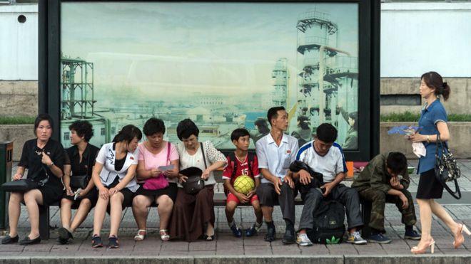 Parada de bus en Corea del Norte.
