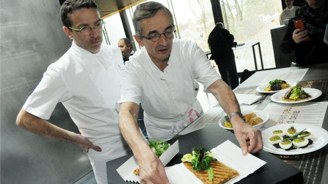 法国厨师Michel Bras和他的儿子Sebastien于2014年3月25日在法国南部罗德兹Soulages博物馆的Bras新餐厅呈献一道菜