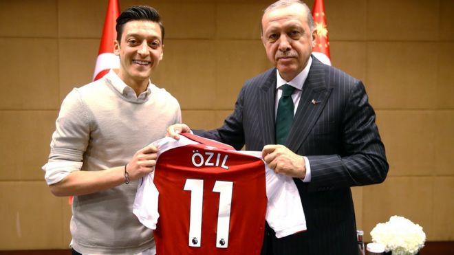 Mesut Özil (kushoto) alimkabidhi rais Erdogan jezi yake ya Arsenal