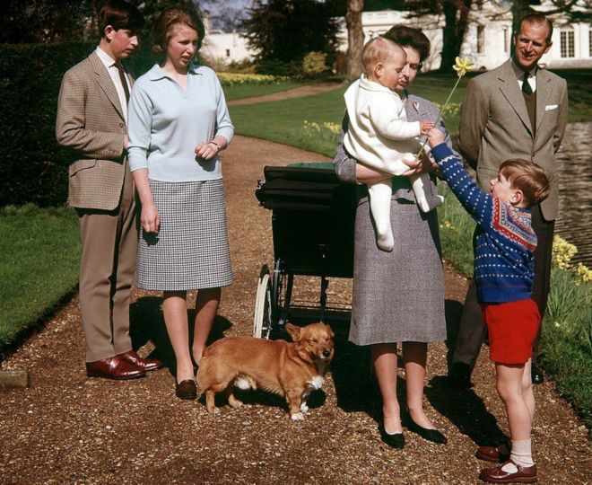 Những năm 60: Nữ hoàng kỷ niệm sinh nhật lần thứ 39 cùng Hoàng tế Philip và các con. Lúc này ông bà đã có thêm hai con là hoàng tử Andrew và hoàng tử Edward