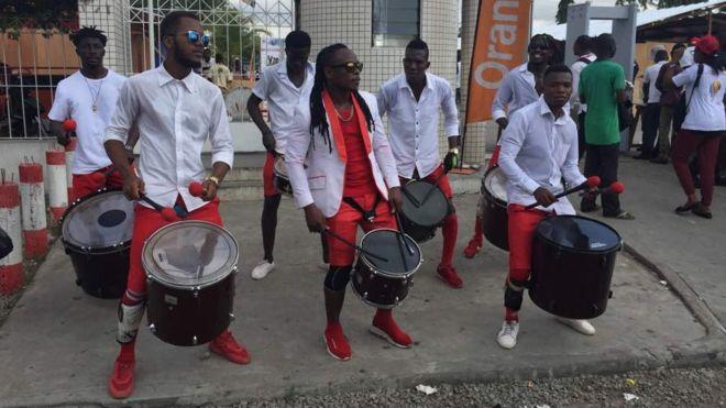Des batteurs de tambour à l'entrée du Palais de la Culture d'Abidjan