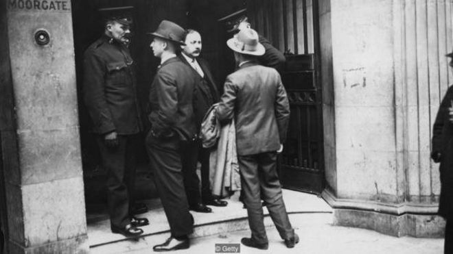در سال ۱۹۲۷، پلیس به ساختمان این تعاونی حمله کرد و مشخص شد زیرزمین آن به سیستم حفاظتی مجهز بوده