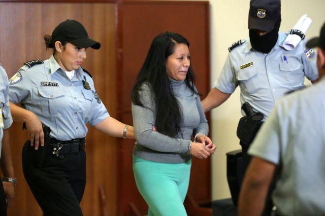 """En El Salvador... también tuvieron sus Pactos de """"la Moncloa""""... - Página 2 _99199784_043568825-1"""