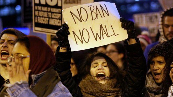 Göstericiler, Başkan Donald Trump'ın idari göç yasağını 1 Şubat 2017'de Chicago, Illinois'da protesto etti.