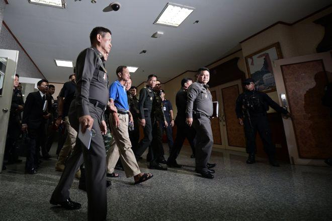 ตำรวจคุมตัวนายวัฒนา ภุมเรศ ผู้ต้องหาคดีวางระเบิด รพ.พระมงกุฎฯ ทำแผน