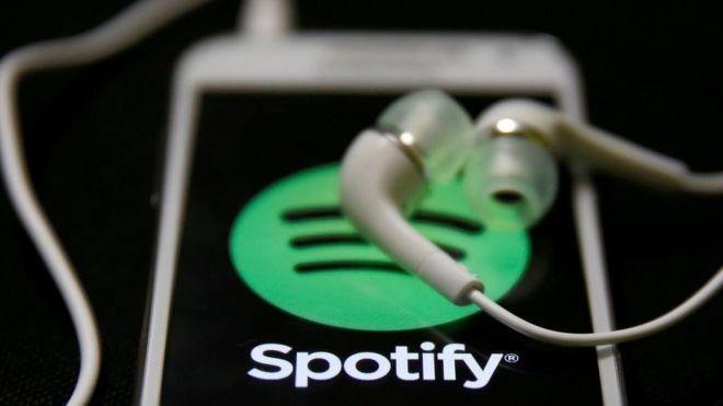 Un celular con el logo de Spotify