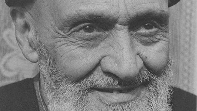 کاشانی در کارزار ملی شدن صنعت نفت متحد محمد مصدق بود، اما در دوره دوم نخست وزیری مصدق، به دشمن سرسختش تبدیل شد به حدی که بعد از کودتا مصدق را به خیانت در 'جهاد' متهم کرد و مستحق مرگ دانست