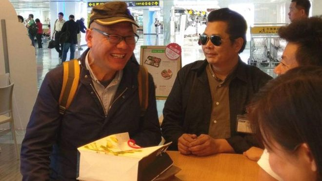 來台旅遊無預警跳機的中國民運人士張向忠(左)最後變成一般旅客回國