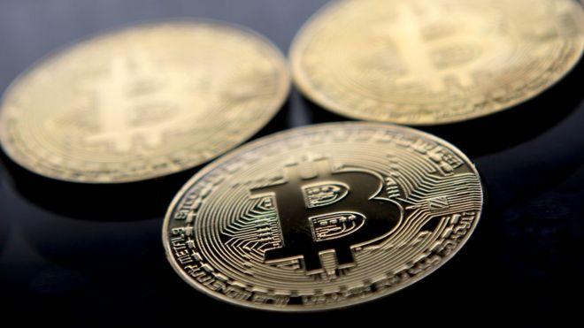 Moeda com logo de bitcoin