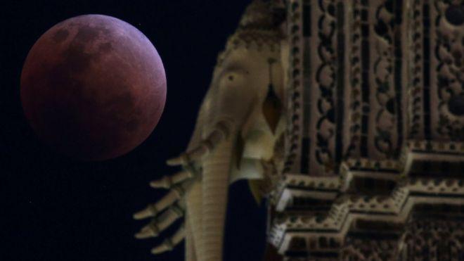 A Lua é vista atrás de um templo Bangkok