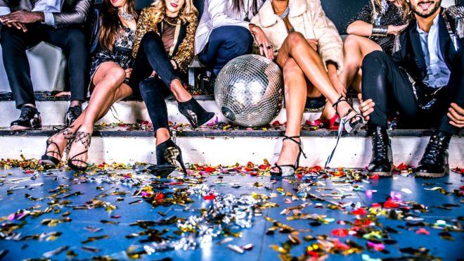 Выбор невелик: скука трезвой вечеринки или риск оказаться среди коллег, ведущих себя неадекватно... Может, тогда лучше вообще отказаться от посещения корпоратива?