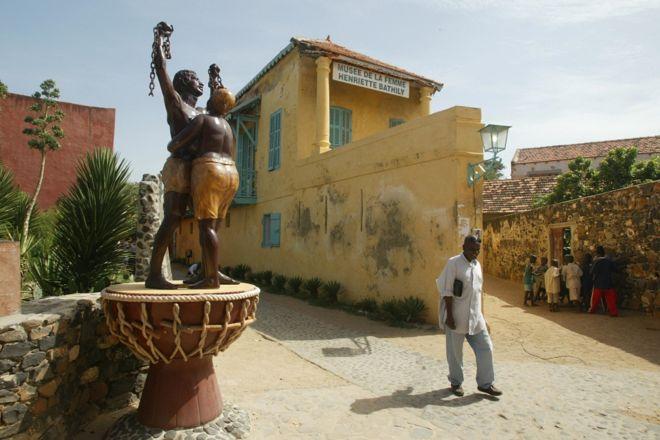 Monument de la libération des esclaves (Dakar) La statue célèbre la libération des esclaves près de la Maison des Esclaves, sur l'île de Gorée, au Sénégal. Construite vers 1780-1784, la Maison des esclaves est l'une des plus anciennes maisons de l'île.